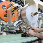 operator incarca bobina pentru folia de pachet