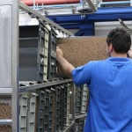 operator incarcand casete cu tigarete (1)